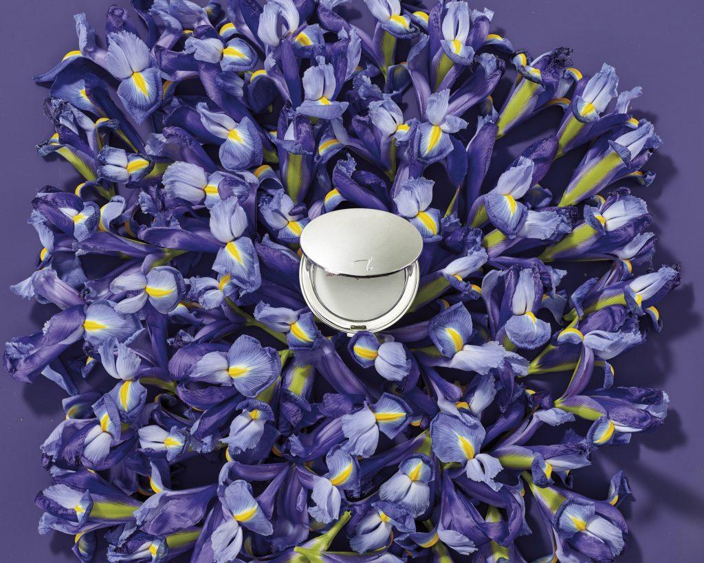 Silberfarbene Puderdose aus der Jubiläumskollektion von jane iredale